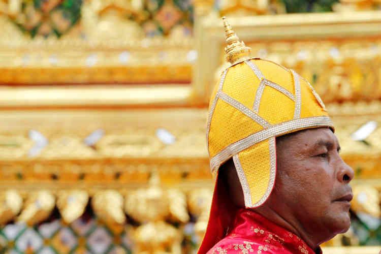 Transportée sur un palanquin doré, l'urne de bois précieux dans laquelle les corps des rois sont traditionnellement conservés ouvrait le cortège.