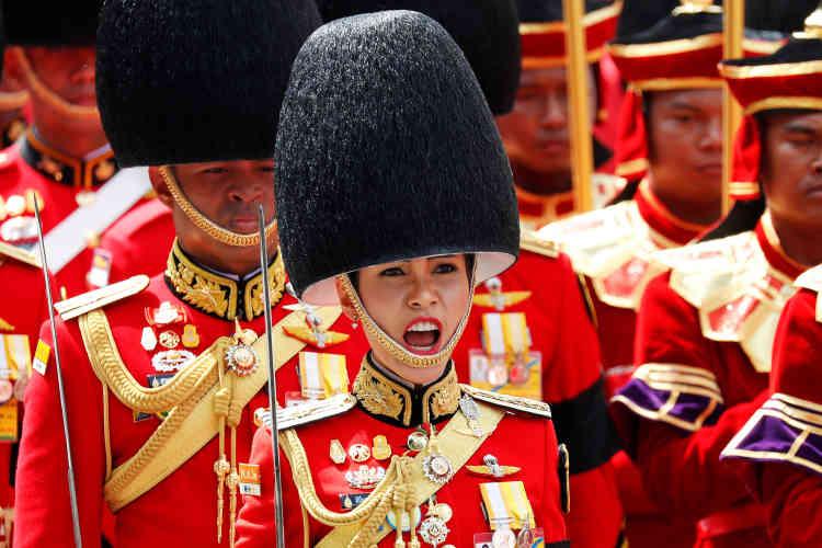 «Les militaires sont arrivés au pouvoir en 2014 en se proclamant les protecteurs de la monarchie. Ce n'est donc pas une surprise qu'ils s'assurent que tout le monde soit bien respectueux» du deuil collectif, analyse l'historien David Streckfuss, spécialiste de la monarchie thaïlandaise, interrogé par l'AFP.