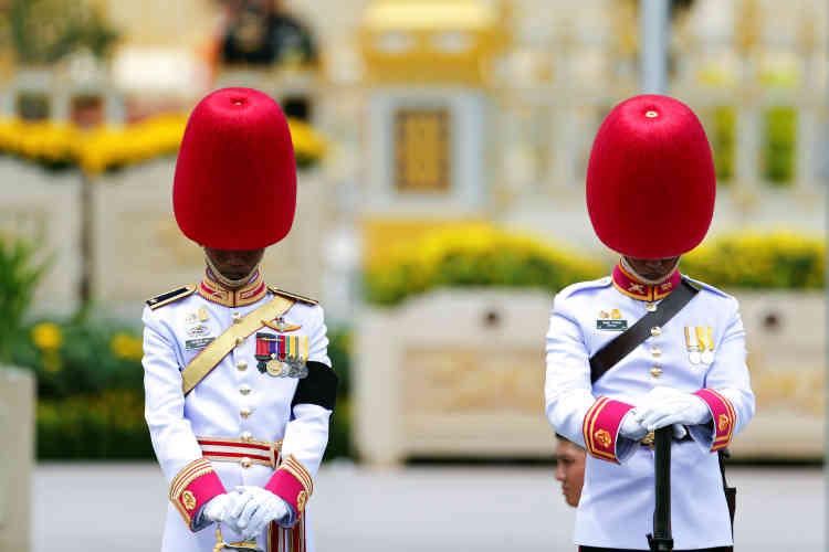 Depuis octobre 2016, les radios et chaînes de télévision ont diffusé presque sans interruption des chants dédiés au monarque disparu.