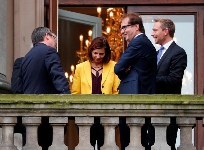 De droite à gauche, le chef de file du FDP, Christian Lindner, le représentant de la CSU, Alexander Dobrindt, celle des Verts, Katrin Goering-Eckardt et celui de la CDU, Armin Laschet, le 26 octobre à Berlin.
