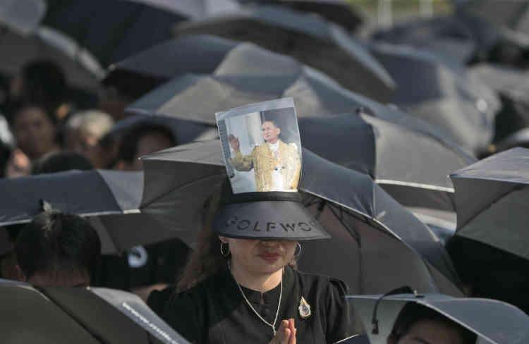 «Il était parfait. Il a tant fait pour le pays et le peuple de Thaïlande. Soixante-dix millions de Thaïlandais sont unis dans leur amour pour lui», a assuré à l'AFP, dans la foule, une Thaïlandaise de 65 ans, brandissant un portrait du roi.