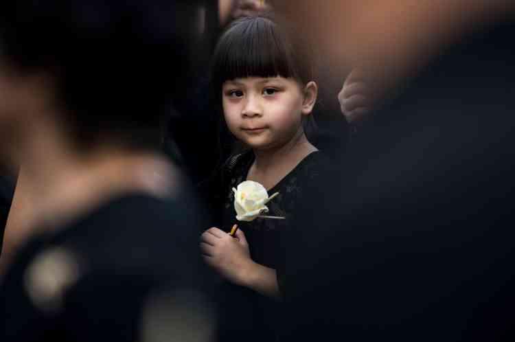 Plus de 300 000 Thaïlandais étaient massés, selon les autorités, le long du tracé du convoi funéraire et des dizaines de milliers d'autres se sont rendus à travers le pays dans les temples pour lui rendre un dernier hommage.