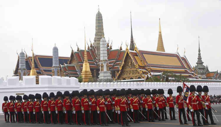 Des gardes d'honneur royaux marchent devant le Grand Palais lors de la procession funéraire.