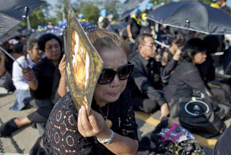 Il est difficile d'évaluer la popularité de la royauté thaïlandaise, protégée par une loi de lèse-majesté très stricte ayant pour conséquence une très forte autocensure.