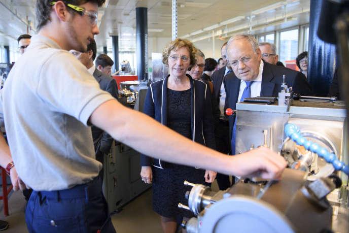 Muriel Pénicaud rencontre des apprentis, lors d'une visite à Mex (Suisse), le 26 octobre.