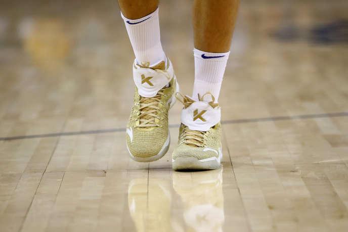 Des sneakers de la marque Nike aux pieds du joueur de basket-ball Klay Thompson de l'équipe californienne des Golden State Warriors, le 17 octobre.