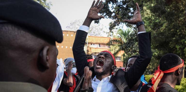 Des étudiants ougandais protestent contre le projet de réforme de la Constitution visant à supprimer l'âge limite pour les candidats à l'élection présidentielle, le 26septembre 2017, à Kampala.