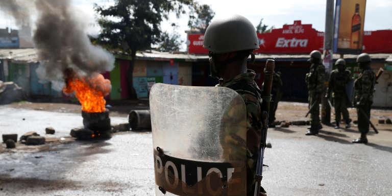 Un policier anti-émeute à Kisumu, lors de l'élection présidentielle kényane, le 26octobre 2017.