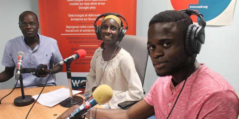 De gauche à droite, les journalistes Samba Dialimpa Badji, Mariama Thiam et Hyppolite Valdez Onanina lors de l'émission « Arrêt sur info », sur la West Africa Democracy Radio, à Dakar, en août 2017.