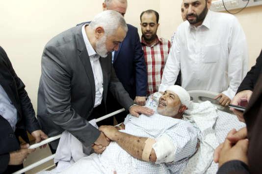 Ismaël Haniyeh, chef du bureau politique du Hamas, au chevet deTawfiq Abou Naïm, le 27 octobre à Gaza.