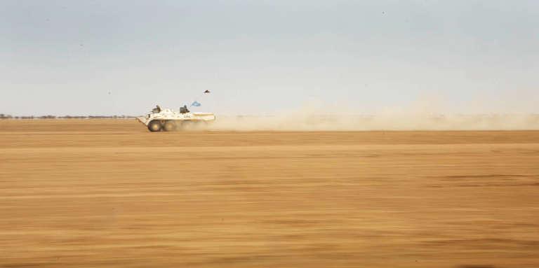 Un véhicule de la Minusma escorte un convoi logistique entre Gao et Kidal, au Mali, en février 2017.