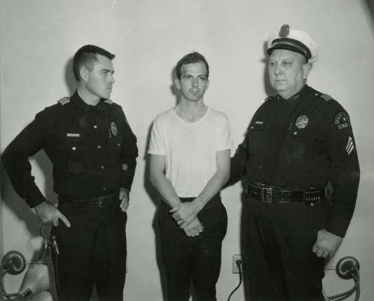 Lee Harvey Oswald, le 22 novembre 1963, au commissariat de police de Dallas (Texas).