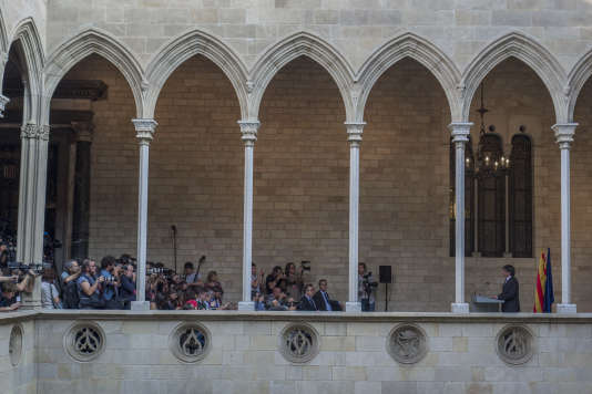 Devant la presse, Carles Puigdemont déclare renoncer à dissoudre le parlement catalan comme l'exige Madrid, à Barcelone, le 26 octobre.