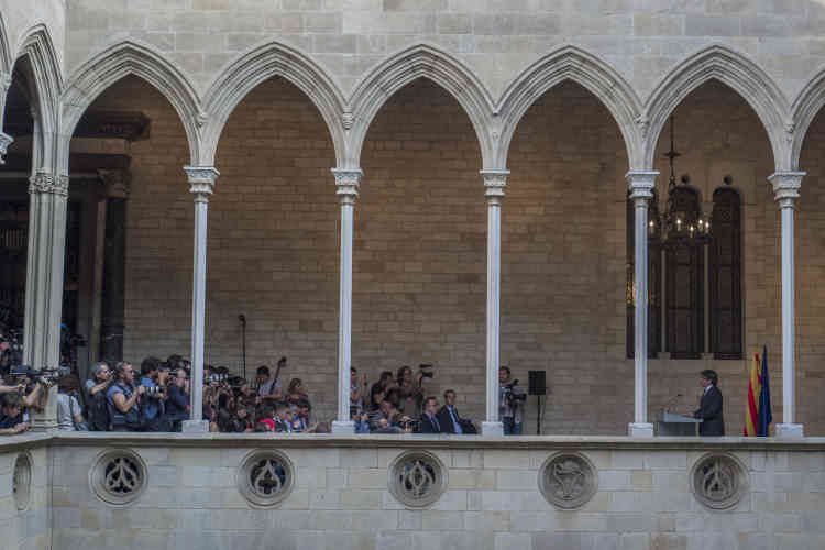 Le 26 octobre, Carlos Puigdemont, président de la Généralité, le siège du gouvernement catalan, annonce qu'il ne dissoudra pas le Parlement catalan comme le demande le gouvernement espagnol.
