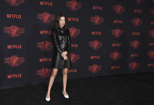 Millie Bobby Brown, lors de la première de la 2e saison de « Stranger Things », à Los Angeles (California), le 26 octobre. Cette série d'images déclenchera la polémique sur l'hypersexualisation des jeunes actrices.