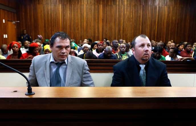Willem Oosthuizen, à gauche, et Theo Martins Jackson, à droite, durant leur procès en août, àMpumalanga