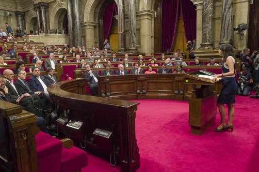 Inès Arrimadas, députée et porte-parole de Ciutadans, parti de centre droit hostile à l'indépendance, devant le Parlement catalan, le 26 octobre.