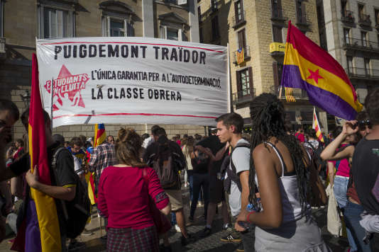 Manifestation d'étudiants qui exigent de Carles Puigdemont qu'il proclame l'indépendance, à Barcelone, le 26 octobre.