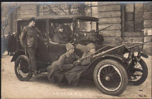 Des révolutionnaires, en février 1917, photographiés par J. Steinberg.