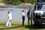 Emmanuel Macron s'est rendu à Maripasoula (Guyane), le 26 octobre.De l'autre côté du fleuve, sur la rive surinamaise, les commerces qui ravitaillent les orpailleurs illégaux ont fleuri.