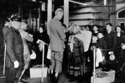 En 1900, les immigrants passent un examen de santé à Ellis Island (New York) lorsqu'ils arrivent sur le territoire américain.