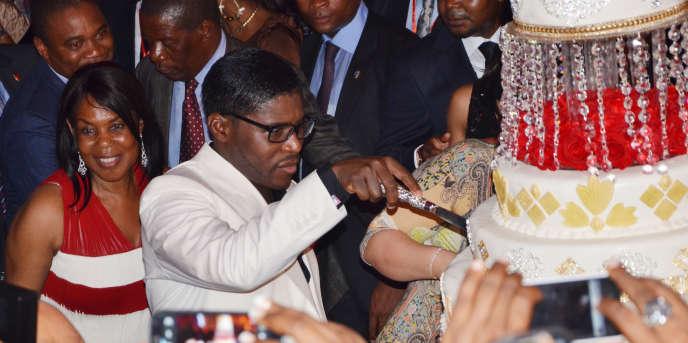 Teodorin Obiang, coupant son gâteau d'anniversaire pour ses 41 ans, à l'hôtel Sipopo, près de Malabo, en Guinée équatoriale.