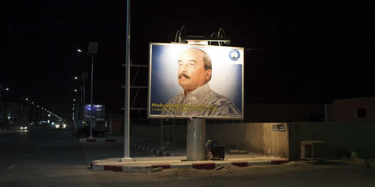 Une affiche du président mauritanien, Mohamed Ould Aziz, à Nouakchott, en juin 2014.