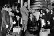 Immigrants en train de passer l'examen de santé à Ellis Island, New York, vers l'année 1900.