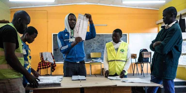 Comptage des bulletin dans une école de Lavington, banlieue de Nairobi. Sur les 659 électeurs inscrits dans ce bureau, seules 167 personnes ont voté.
