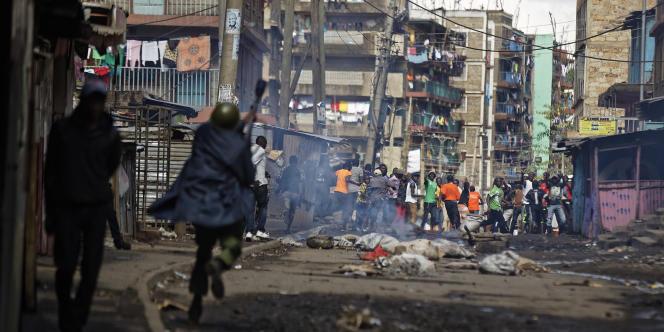 Charge de la police contre des manifestants dans le bidonville de Mathare, à Nairobi, le 26 octobre 2017.