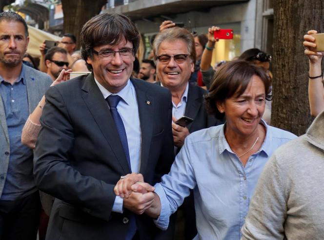 Le président catalan, Carles Puigdemont, salué par des sympathisants dans les rues de Barcelone, le 28 octobre.