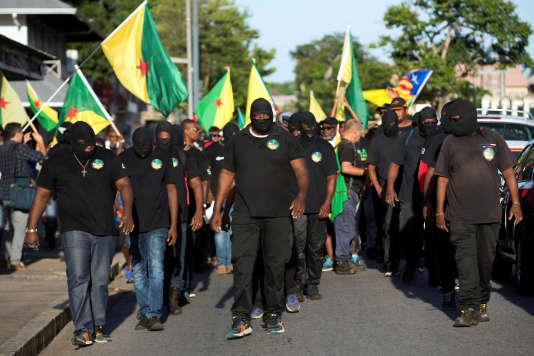 Manifestants cagoulés dans les rues de Cayenne, le 26 octobre.