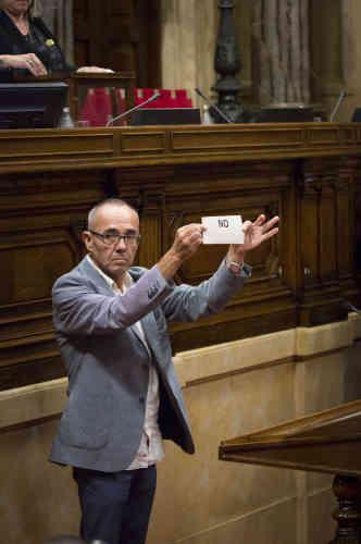 Le 27 octobre, un députe de Podemos hostile à l'indépendance montre son bulletin de vote avant de le deposer dans l'urne.