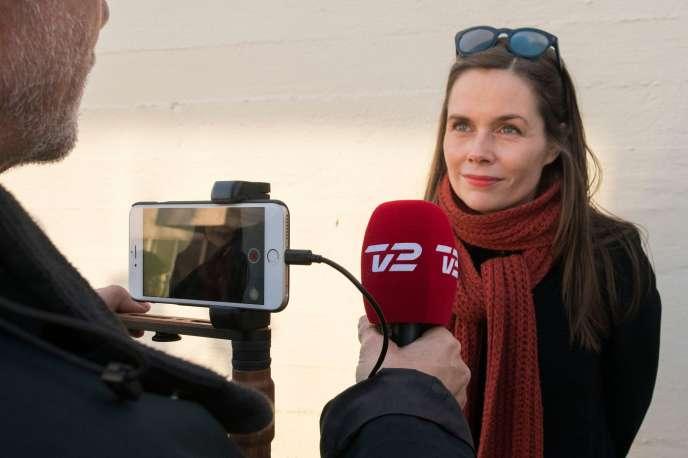 La participation aux élections législatives s'est établie à 81 % et aucun parti ne s'est assuré la majorité de 32 sièges.Katrin Jakobsdottir (en photo), du Mouvement Gauche-Verts, a été chargée de former le gouvernement.