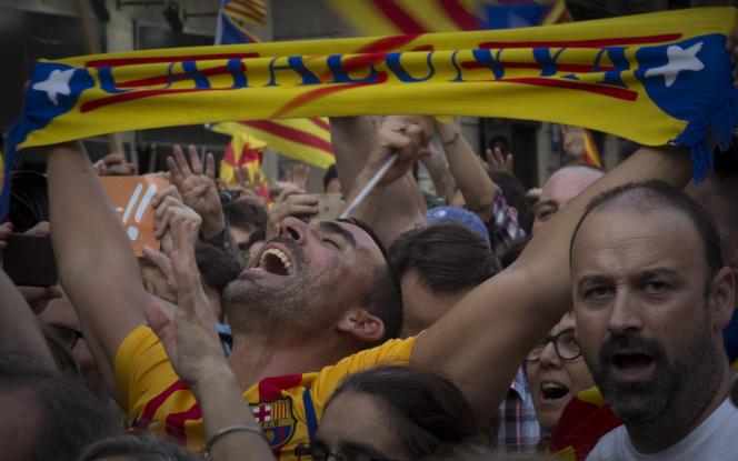 Scènes de joie devant le palais de la Généralité, place San Jaume, après le vote de l'indépendance de la République catalane, à Barcelone le 27 octobre.