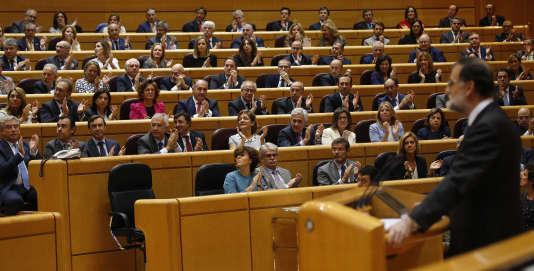 Mariano Rajoy est applaudi pendant son discours devant le Sénat espagnol, à Madrid, le 27 octobre.