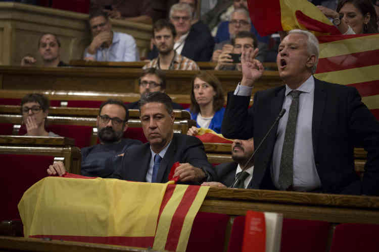 Le même jour, les députés du Parti populaire (PP), hostiles à l'indépendance, prennent part aux débats, virulents dans le Parlement catalan.