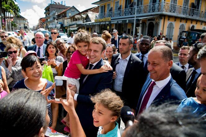 Emmanuel Macron pose avec des enfants à Cayenne, le 27 octobre.