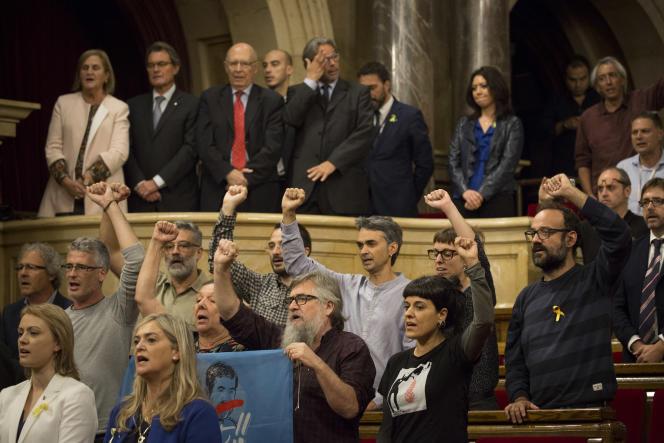 Les députés de la CUP à l'annonce du vote de l'indépendance, au Parlement catalan, à Barcelone, le 27 octobre.