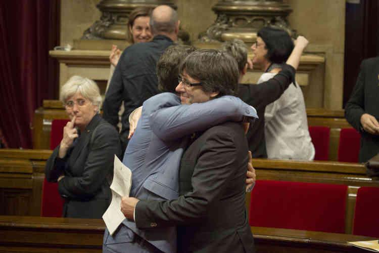 Le 27 octobre, l'opposition a quitté le Parlement et assure au « oui»70% des voix. Carles Puigdemont célèbre cette victoire avec un député après l'annonce des résultats.