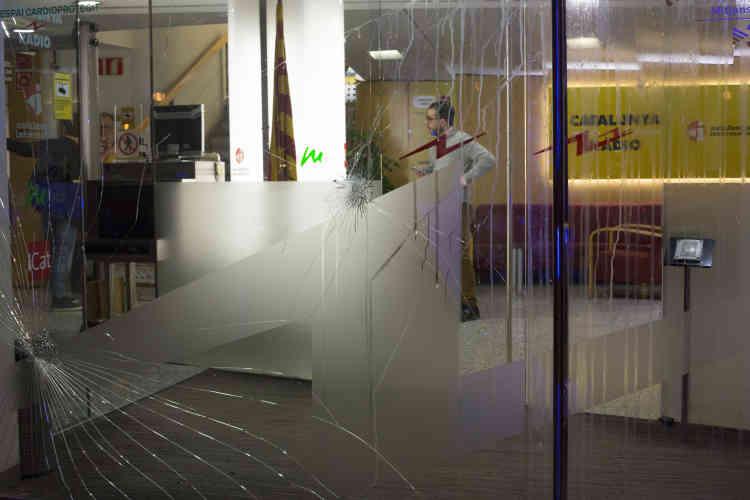Dans la soirée, la station de radio publique Catalunya Radio est attaquée par des anti- indépendantistes.
