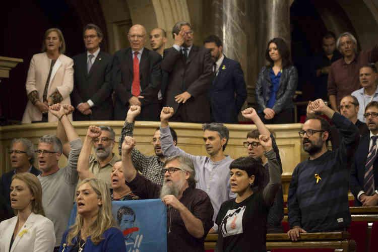 A l'annonce du résultat, les députés de la CUP (Candidature d'unité populaire), un des partis indépendantistes, entonnent «Els Segadors», l'hymne catalan, le poing levé.