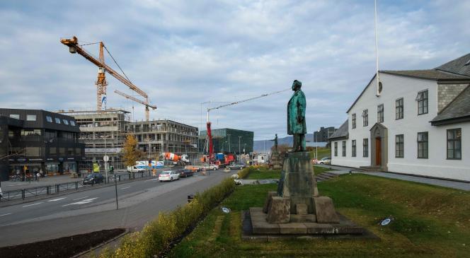 A gauche, le bureau du premier ministre, à droite un immeuble en construction, signe d'une économie florissante, à Reykjavik, le 24 octobre.