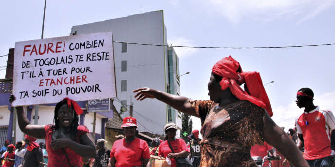 Des femmes manifestent contre le président togolais, Faure Gnassingbé, à Lomé, le 5octobre 2017.