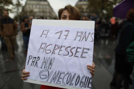 A 61 ans, Roselyne, qui dénonce une agression, à 17 ans, par son premier gynécologue,a décidé de participer à la manifestation parisienne.