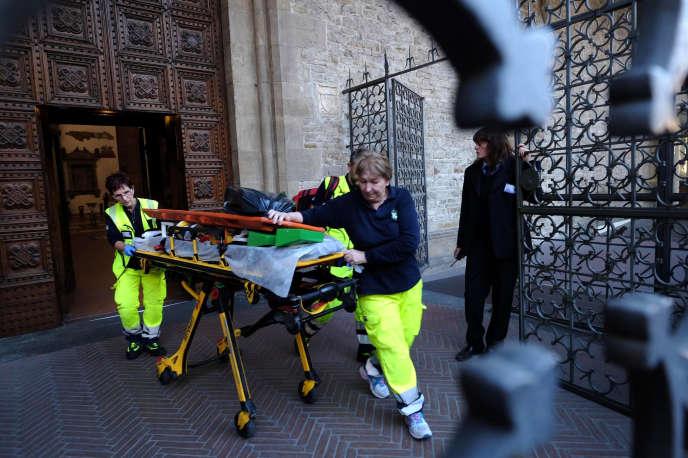 Les secouristes sur le parvis de la basilique Santa Croce de Florence, le 19 octobre, après qu'un touriste espagnol a trouvé la mort.