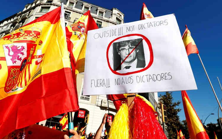 Ce portrait de Carles Puigdemont, le président destitué de la Catalogne, est accompagné de ces mots : « Dehors !!! Pas de dictateurs».