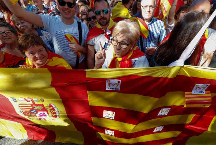 La Catalogne est plus que jamais divisée, deux jours après la proclamation d'indépendance votée par le Parlement catalan suivie de la mise sous tutelle de la région par Madrid.