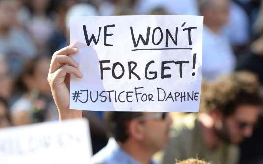 Un manifestant brandit une pancarte« Nous n'oublierons pas ! #Justice pour Daphne», lors d'un rassemblement, le22octobre2017, à La Valette, réclamant la lumière sur le meurtre de la journaliste maltaise anticorruptionDaphne Caruana Galizia.