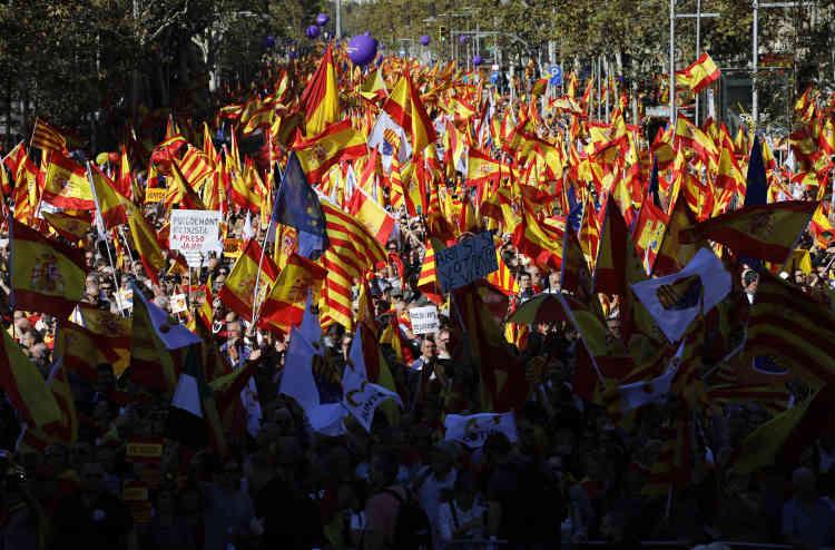 Ce défilé répond au rassemblement vendredi à Barcelone de dizaines de milliers de Catalans venus fêterla naissance de la«République»catalane avec des feux d'artifice.